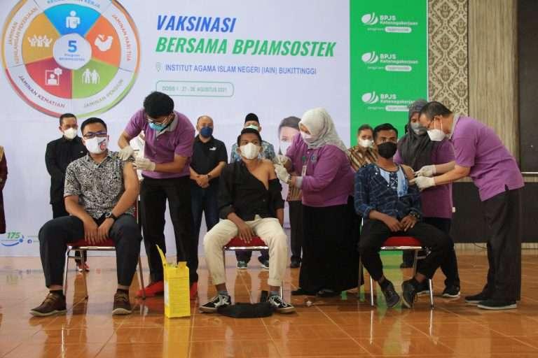 Tim Vaksinator  RSUP Dr M Djamil Vaksinasi Ribuan Mahasiswa dan Civitas Akademika IAIN Bukittinggi